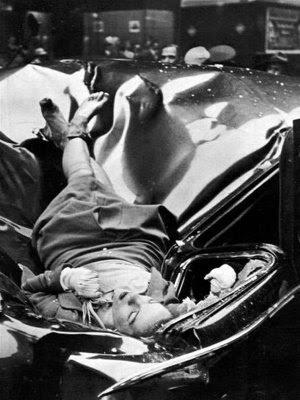 """En mayo de 1947, Evelyn McHale, de 23 años, se tiró al vacío desde el mirador situado en la planta 86 del Empire State Building (Nueva York, EEUU) tras ser dejada por su novio. Fue a caer sobre el techo de una limusina que en aquel momento estaba vacía. Evelyn dejó una nota de suicidio en la que escribió: """"Él esta mucho mejor sin mí… Yo no seria una buena esposa para nadie"""". La mano izquierda de la chica, ya sin vida, parece acariciar su collar.  Un estudiante de fotografía llamado Robert C. Wiles oyó el impacto, salió a la calle y tomó la instantánea que vemos. Esta fue publicada el 12 de mayo de 1947 en la portada de la revista norteamericana Life.  Andy Warhol realizo en 1963 un cuadro con la imagen, titulándolo 1947-White."""