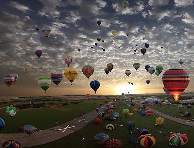 wide angle photo of dozens of hot air balloons in competition