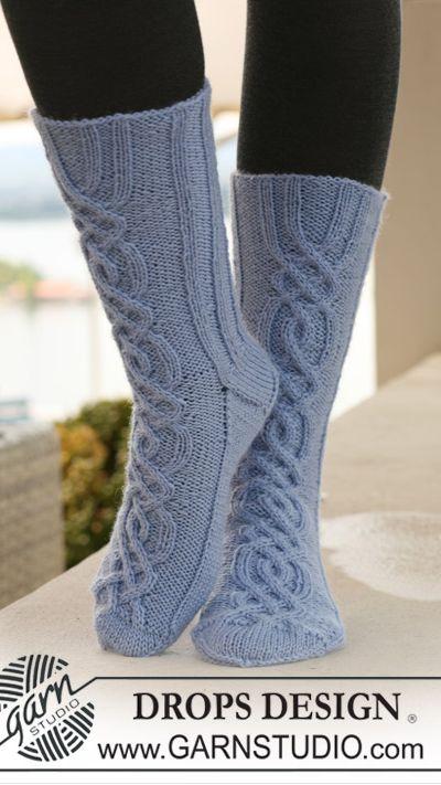 Носки с красивым рельефным узором (в духе кельских орнаментов) от DROPS Design.  Прочитать целикомВ.