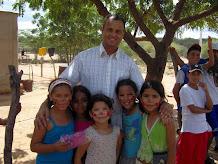 Pbro. Jaime Vivas con niños de la parroquia