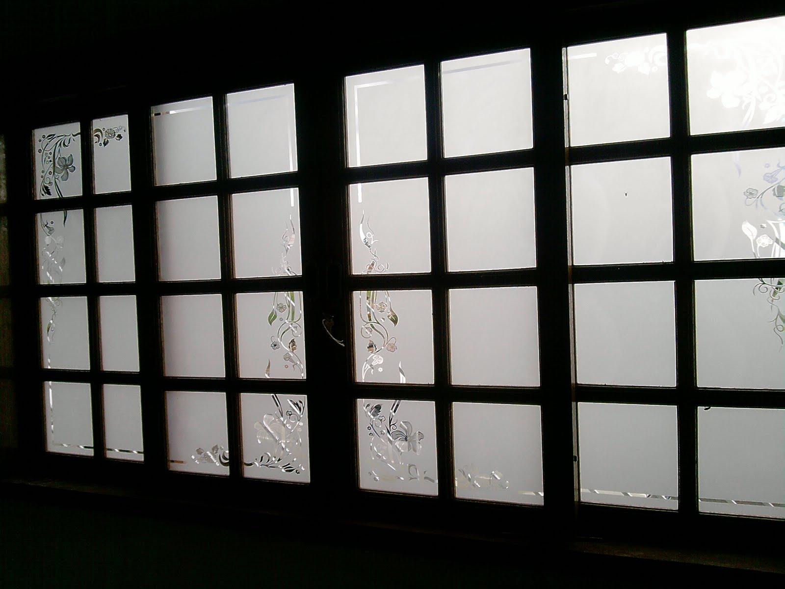 #060704 desenho transparente e vidros jateados onde temos ramos de flores  1576 Vidros Em Janelas De Madeira