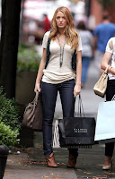 07062 Blake Lively on the set of Gossip Girl 003 122 1004lo Blake Lively Photo Gallery