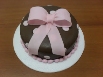 mini bolo poá marrom e rosa