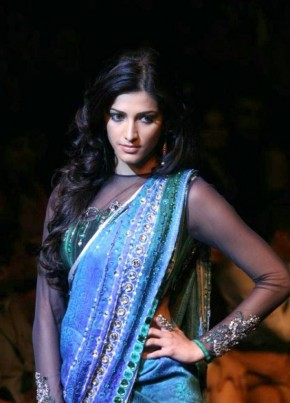 Shruti Hassan walk on ramp in sexy saree