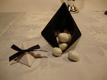 cajita piramide en origami abierta con confites de almendra con chocolate