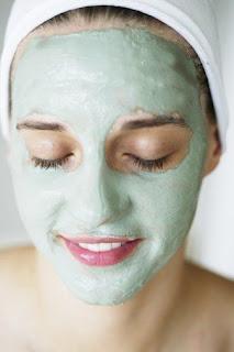 Maske+s%C3%BCrmenin+incelikleri Ender Saraç Cilt arındırıcı çam filizi maskesi