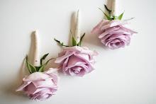 Samt blomst til brudgom,forlover og brudens far.