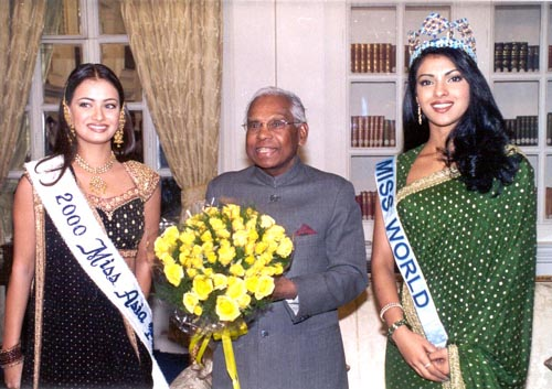 President K. R. Narayanan & Miss World Priyanka Chopra & Miss Asia Pacific ...