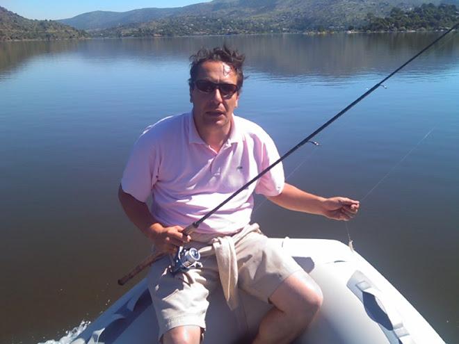 tenista pescando en el Burguillo.
