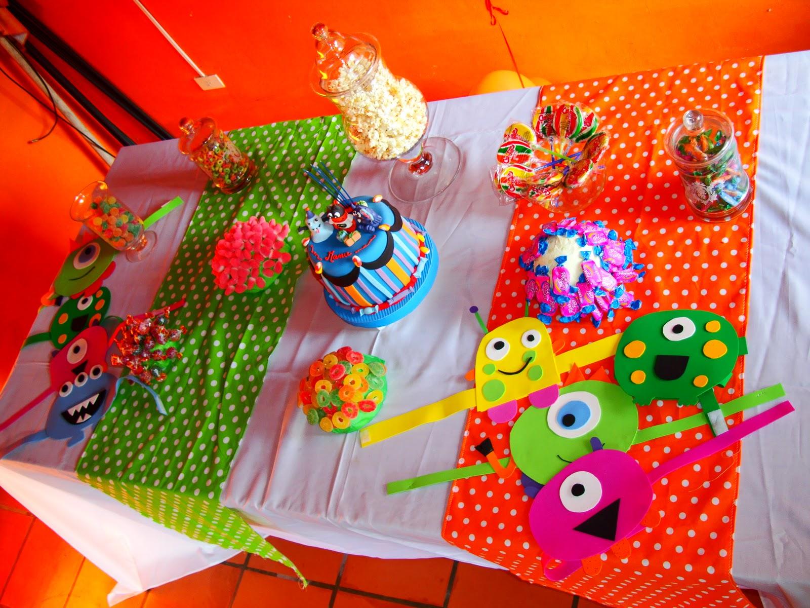 Mesa decorada con distintas golosinas y las vinchas divertidas de