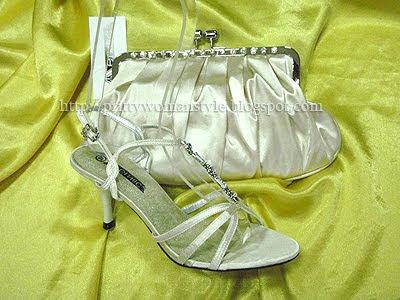 бели сандали с чанта