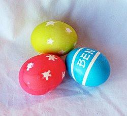 Боядисване на яйца със стикери