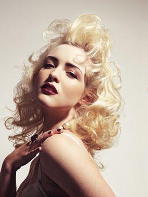 ретро прическа за блондинки