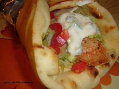 Souvlakis de poulet sur pain naan, sauce tzatziki Souvlaki+sur+naan
