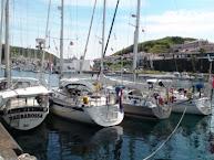 4 NL boten aan de kade van Horta.