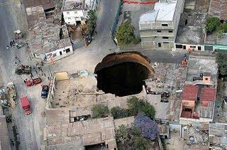 lubang besar tepat di persimpangan jalan