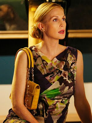 Лили в платье от Dries Van Noten, желтая сумка