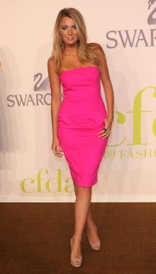 Блейк Лайвли (розовое платье, бежевая обувь на высоком каблуке)
