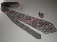 Que gravata mais meiga... Cheia de coração, né, coração?