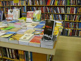 Poder S.A. todo bobo dentro da loja da Nobel, do shopping Frei Caneca, em SP.