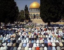 Musulmanes rezando en la mezquita de Jerusalén (Israel)