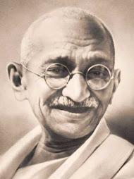 la no violencia de Gandhi le costo la vida