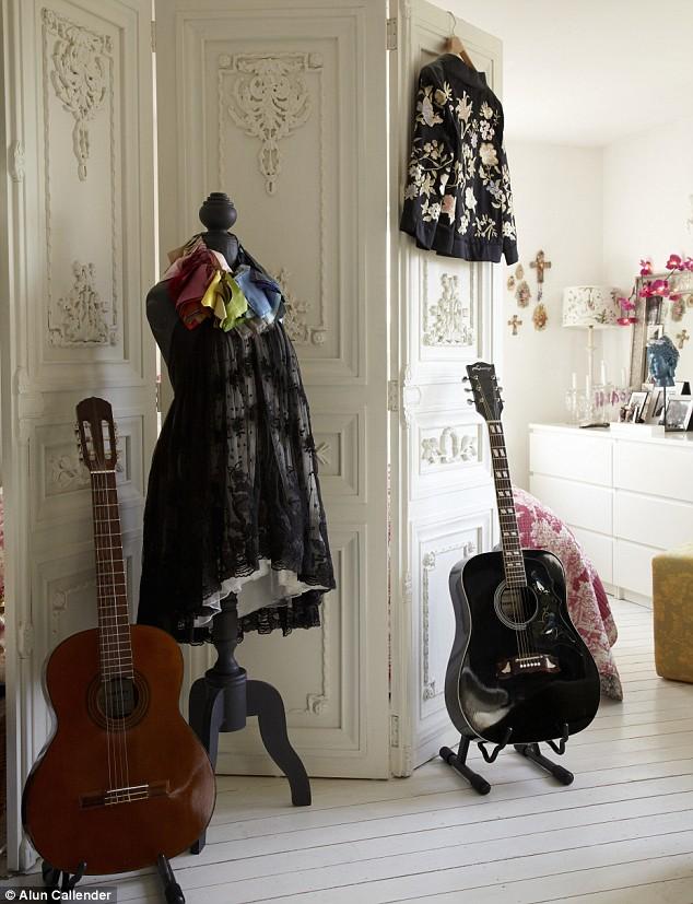 ¿con cuál te identificas de estos estilos? Maniqui+con+vestido+y+guitarras+biombo+blanco