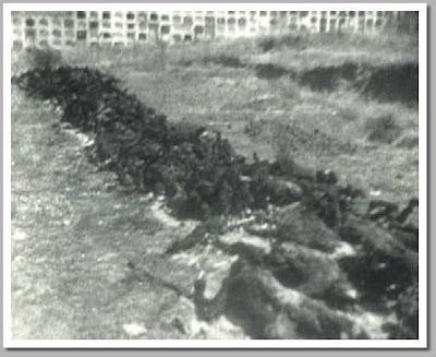 Una hilera de cadáveres carbonizados en el cementerio de San Juan de Badajoz