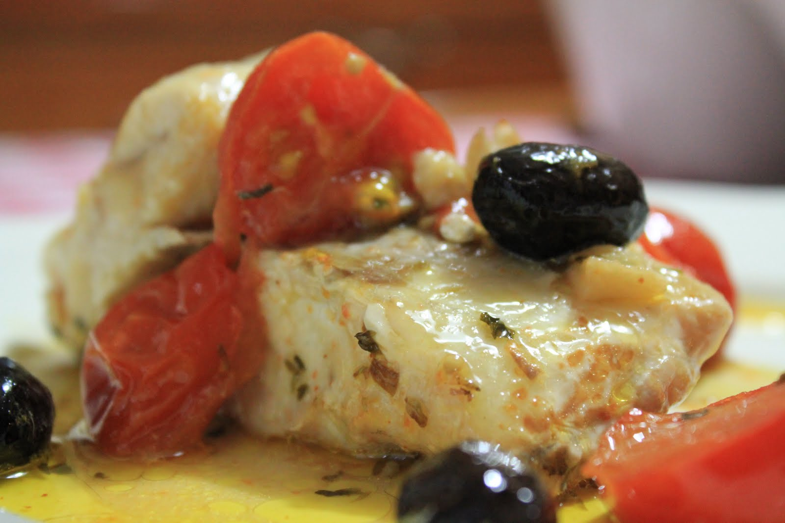 Disegno cucinare filetti di branzino : Sorelle in pentola: Filetto di orata con pachino e olive nere