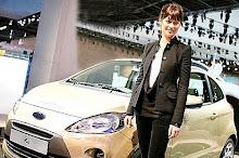 Olga Kurylenko promociona una conocida marca de auto utilizado en Quantum of Solace
