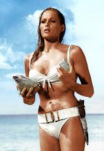 La espectacular Ursula Andress (Honey) en una escena de la 1º película de 007 en 1962...