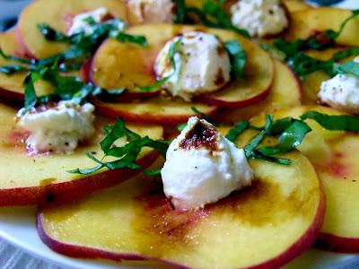Articole culinare : CARPACCIO DE PIERSICA CU RICOTTA(PEACH CARPACCIO WITH RICOTTA)