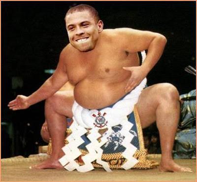 Montagem fotográfica em que cabeça de Ronaldo aparece no corpo de lutador de sumô