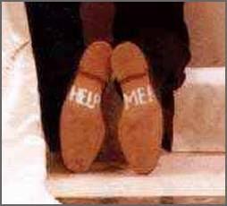 Sapatos do noivo revelam pedido de socorro.