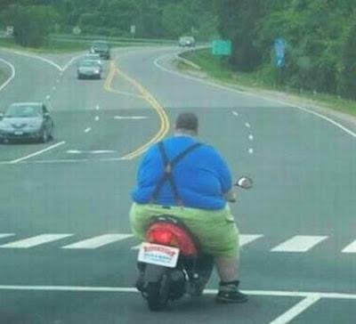 Homem bem Gordo em pequena moto.