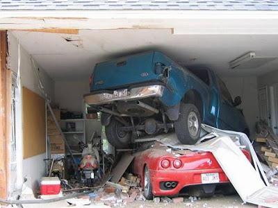 Acidente Camionete pickup sobe em Ferrari.