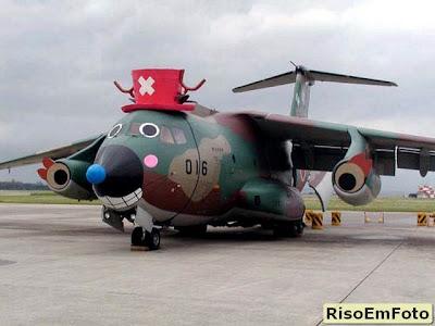 Avião cargueiro militar fantasiado de palhaço.