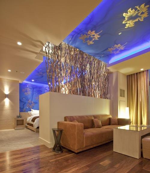 Dormitorio decorado con un bello efecto azul en el techo for Decorar techo habitacion