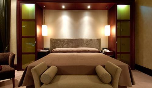 Dormitorio matrimonial con una cabecera muy interesante e iluminada