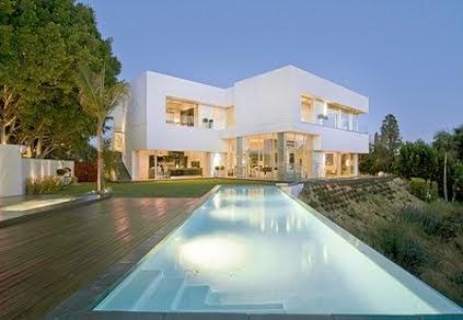 Fachada de casa de 2 pisos moderna y minimalista con for Casa minimalista con piscina