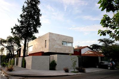 Fachada de casa en esquina fachadas de casas y casas por for Casa moderna esquina