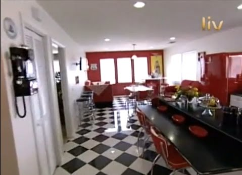 COCINA ROJO Y BLANCO EXTREME MAKEOVER HOME EDITION KITCHEN