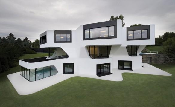 Desde la vista exterior, los tres pisos de concreto dan una simpática