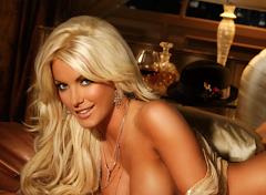 """Dueño de Playboy confesó que quiere lo suficiente a conejita para casarse. """"Vamos a ver"""", aseveró e"""
