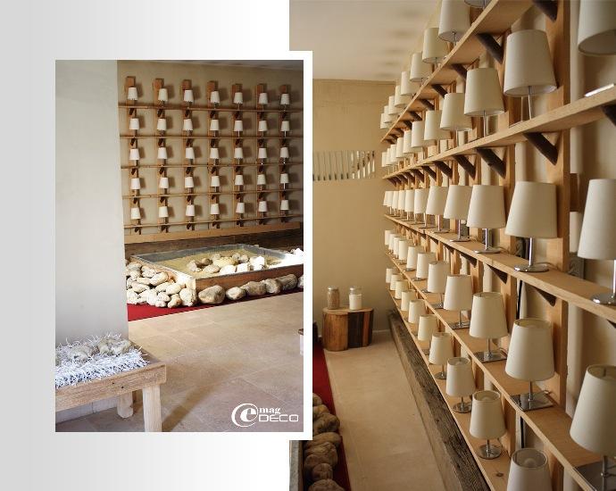 Hall d'entrée du comptoir Saint-Hilaire et sa collection de lampes de chevet