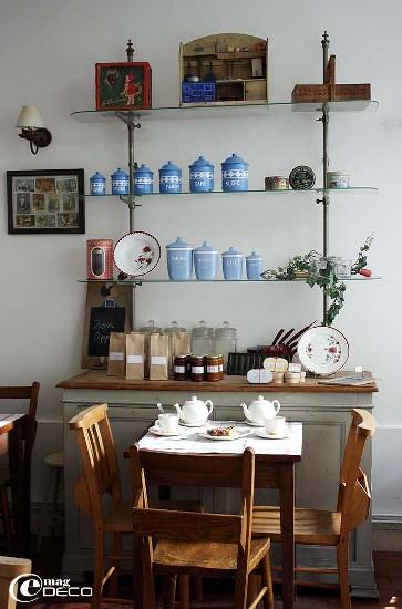 Ancien meuble de métier équipé d'étagères en verre chez Mamie Gâteaux