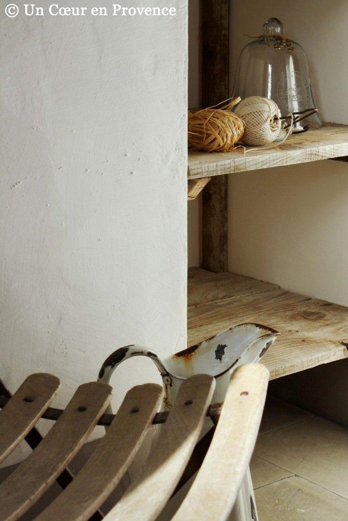 Étagères en vieilles planches dans l'atelier