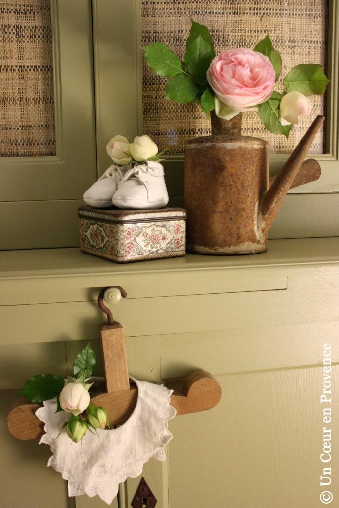 Sur un vieux cintre en bois pour enfant, un petit bavoir brodé joliment festonné