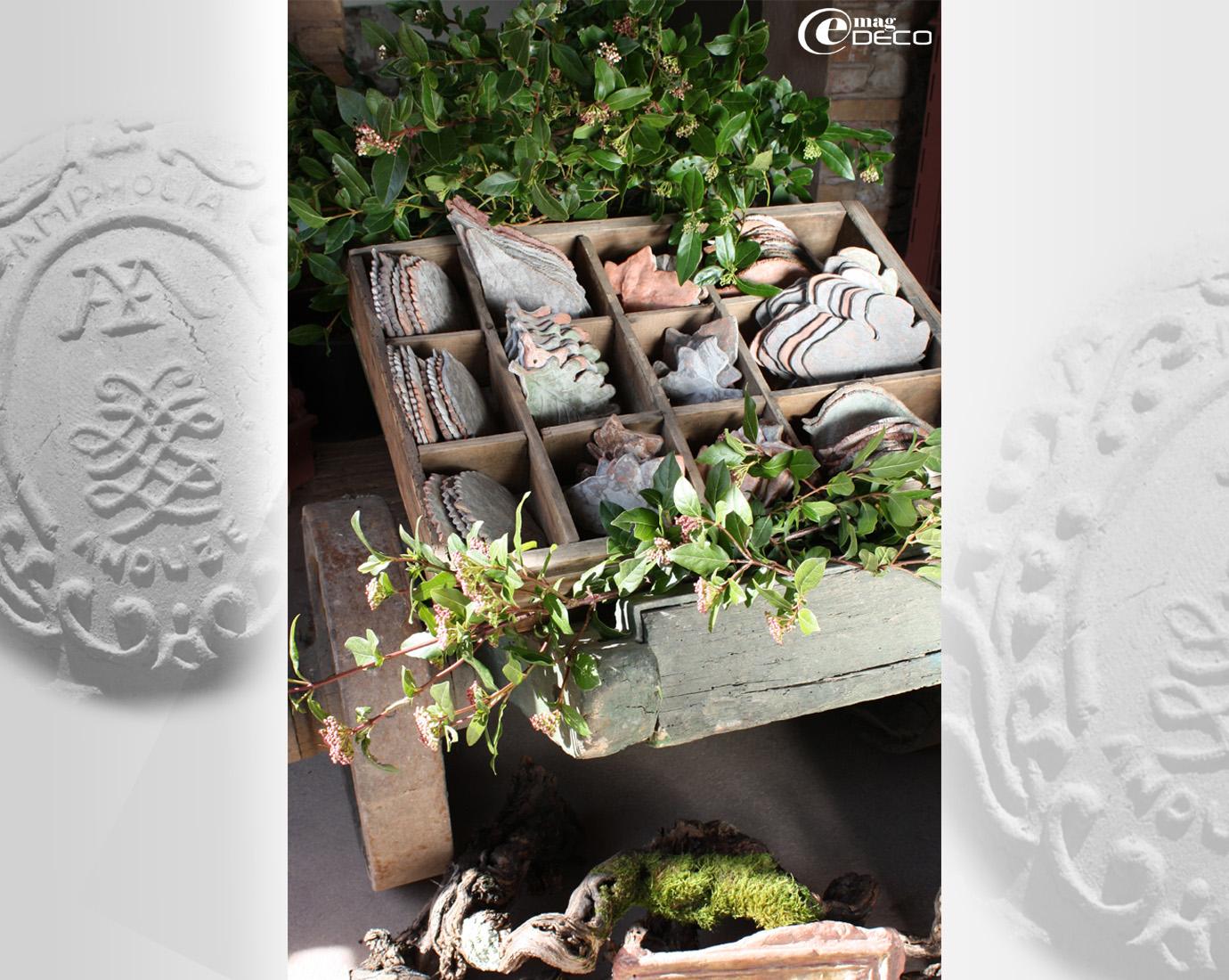 Une collection de décors feuillage présentée sur un vieux diable en bois
