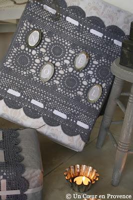 Décorer les cadeaux avec des napperons teintés et des petits moules anciens